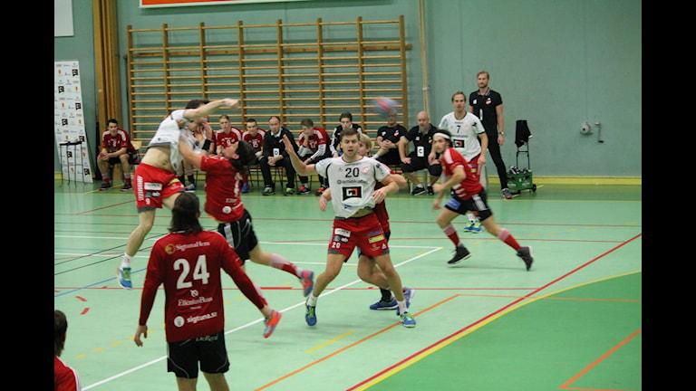 Alstermo tar skott i matchen emot Skånela. Foto: Anna Wessman/SR.