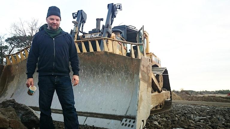 Peter Solnén vid bulldozer. Foto: Nick Näslund/Sveriges Radio