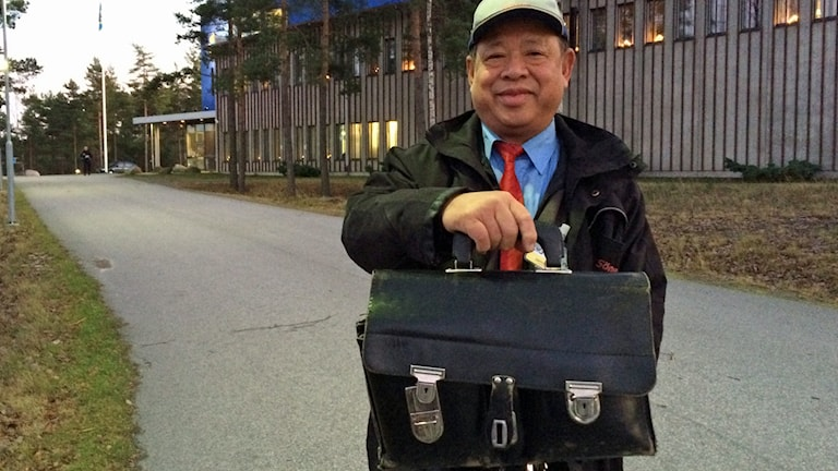 Van Dinh kunde peka ut sin väska som lämnats utanför polishuset i Västervik.