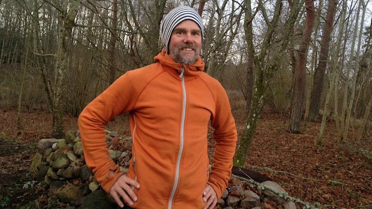 Daniel Strandberg står utomhus klädd för träning
