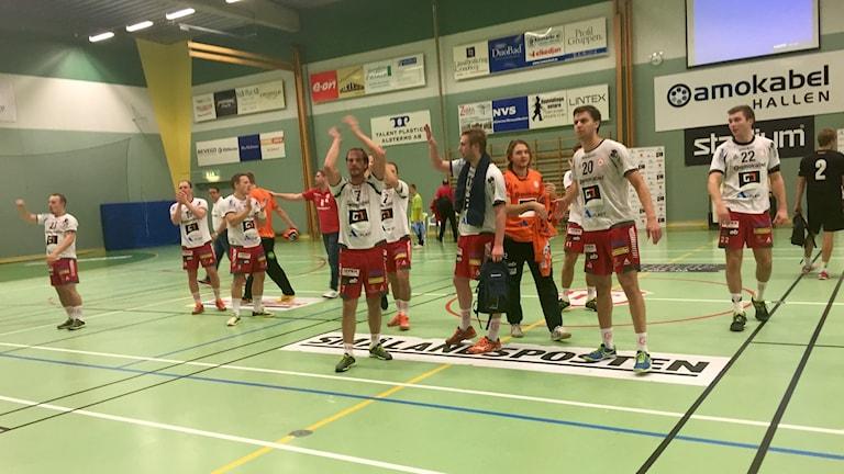 Alstermo applåderar publiken efter vinsten emot Rimbo. Foto: Mattias Nilsson/SR.