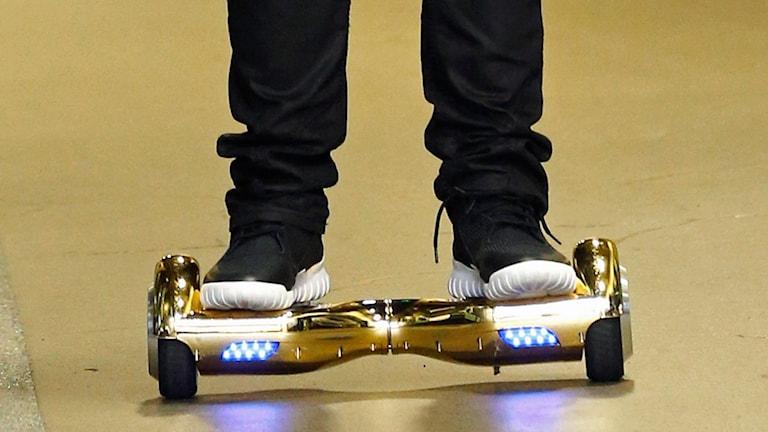 En så kallad hoverboard används.