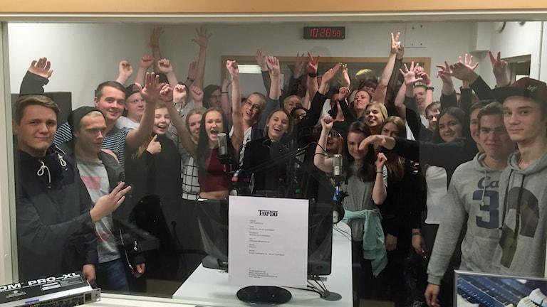 Eleverna på Fria läroverken Kalmar, som livesänder Turbohjälpen.