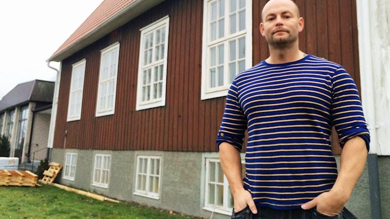 Marcus Läggeberger framför sin satsning på lägenheter i EFS-gården i Timmernabben.