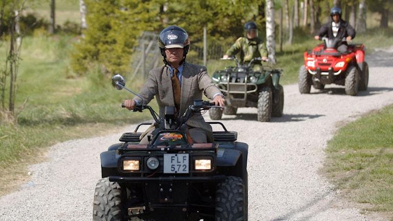 Kung Carl Gustaf kör fyrhjuling. Foto: Alf Lindbergh/TT
