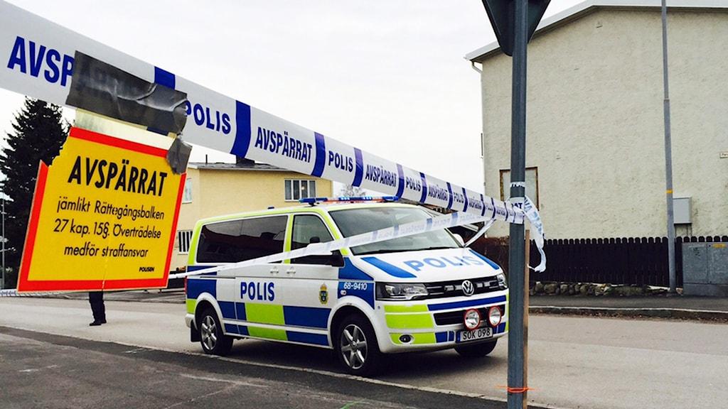 Avspärrningsband och polisbil på gata i Västervik. Foto: Annelie Frank/Sveriges Radio