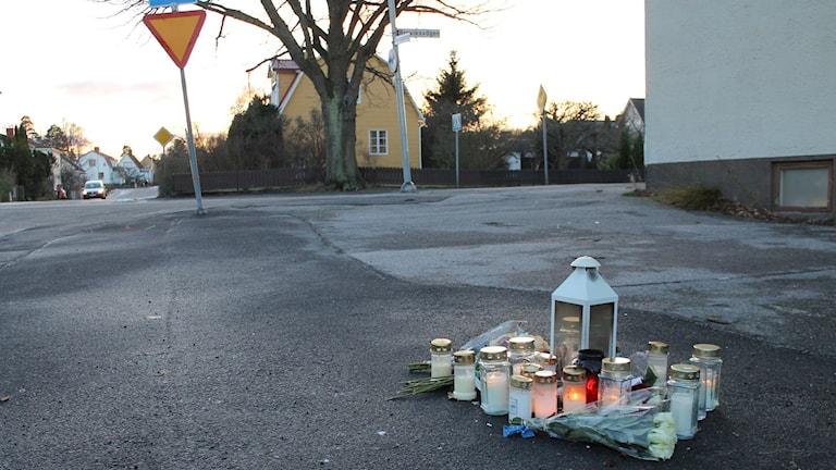 Blommor och ljus vid mordplats i Västervik december 2015. Foto: Johanna Lindblad Ahl/Sveriges Radio