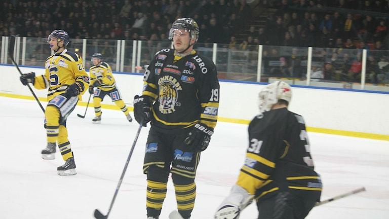 Bortalaget Södertälje fick jubla efter att ha vänt 4-2 till 4-6 i Vimmerby Ishall mot Vimmerby. Foto: Faton Pasho / SR