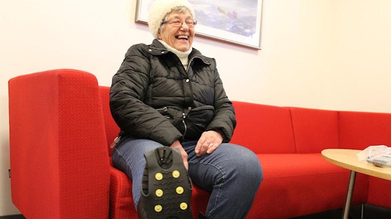 Irene Jansson blev glad för sina nya halkskydd. Foto: Johanna Lindblad Ahl/Sveriges Radio