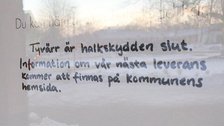 Halkskydden är slut, enligt ett anslag på en dörr. Foto: Johanna Lindblad Ahl/Sveriges Radio