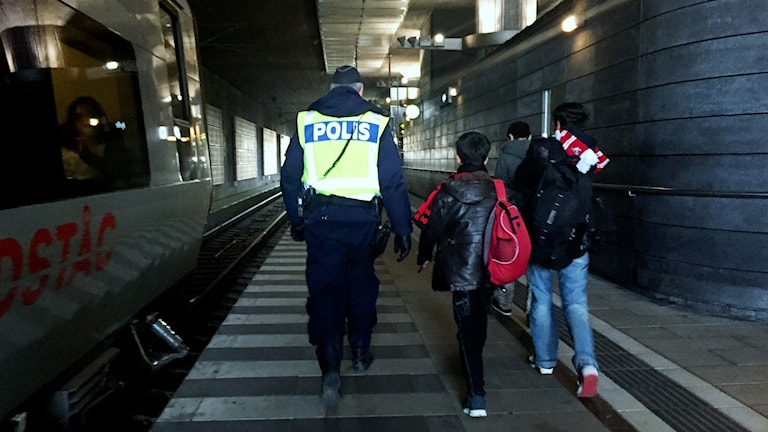 Polis med två flyktingbarn. Foto: John Alexander Sahlin/TT