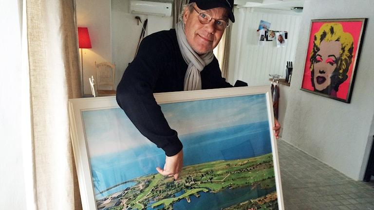 Thomas Örwén är entusiastisk över satsningen och pekar ut platsen där husen ska byggas.