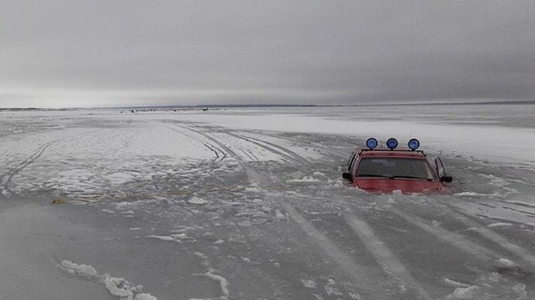 Bil som gått genom isen. Foto: Patrik Petersson