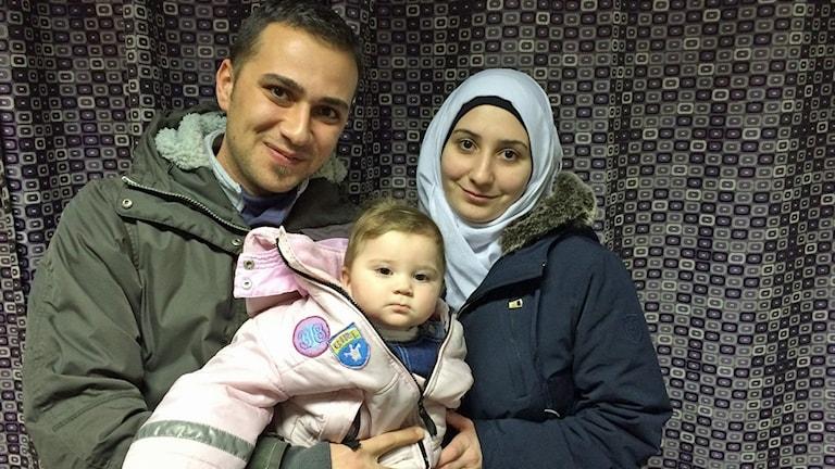 Ayman Alrai med sin fru Roua Deyb och deras 7 månader gamla dotter.