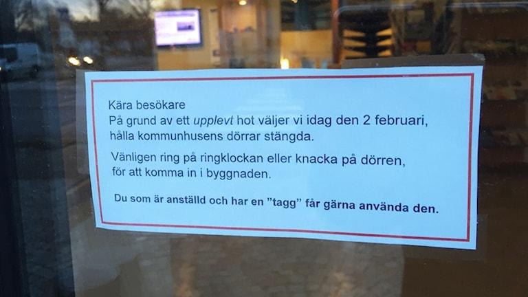 En lapp på dörren informerar besökare om hotet. Foto: Helmuth Petersson