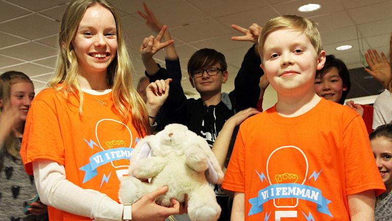 Tindra Angarth och Kalle Toumisto från Rinkabyholmsskolan med sin maskot efter segern.