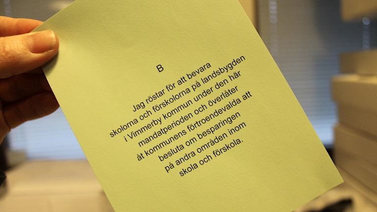 Grön valsedel med alternativ B i folkomröstningen i Vimmerby 2016 där man väljer att bevara skolorna på landsbygden.