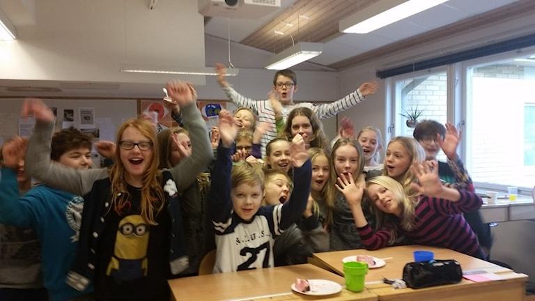 Rinkabyholmsskolan 5c i sitt klassrum jublar efter Vi i femman framgång.