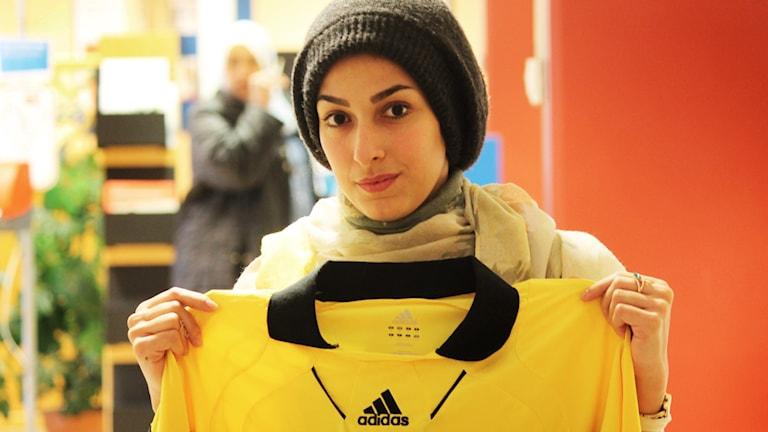 Kvinna med fotbollströja
