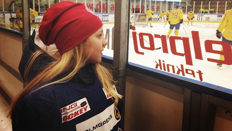 11-åriga Ebba Svensson-Träff tittar på Damkronorna
