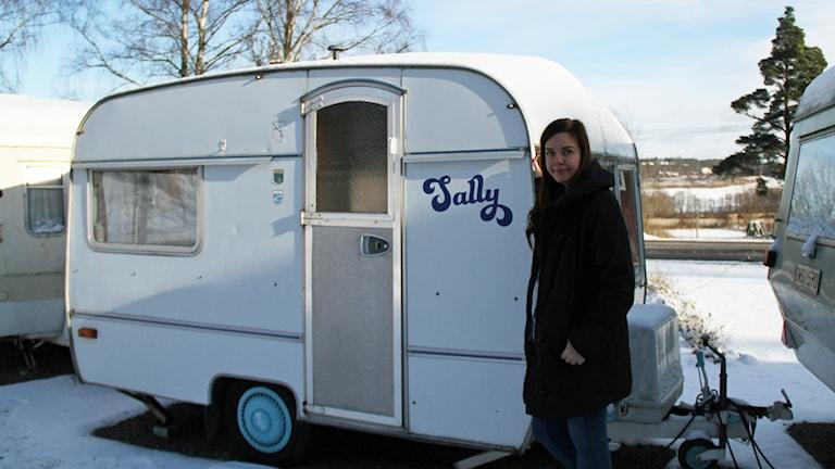 Carolina Brantås vid husvagnen Sally.