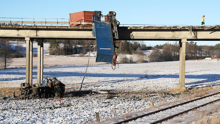 Lastbilssläp hänger över räcket på Skramstadbron