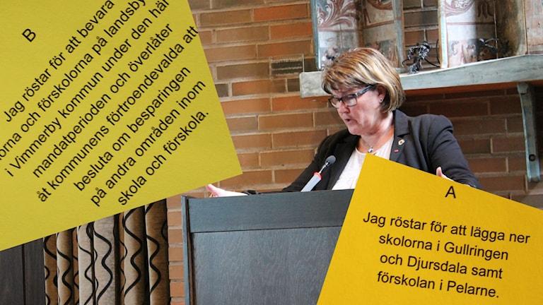 Helen Nilsson kommunalråd i Vimmerby i talarstolen och valsedlar för alternativ a och b i folkomröstningen.