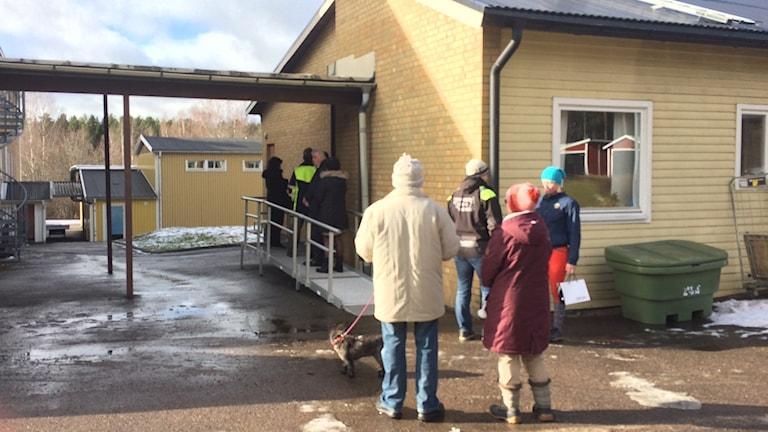 Röstande på väg in i röstlokalen i Gullringen.