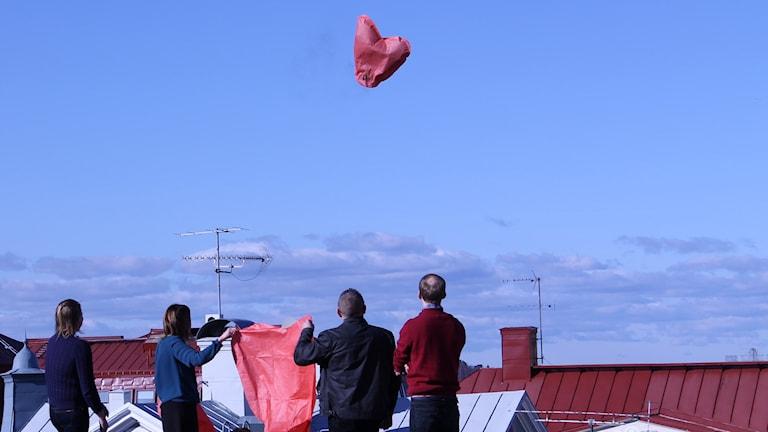 Personalen på barn- och ungdomshälsan i Västervik skickar i väg en hjärtformad röd lykta.