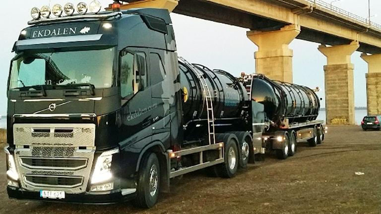 Lastbil som kör vatten över Ölandsbron.