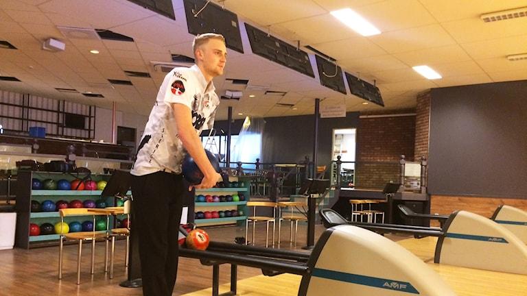 Jesper Svensson med bowlingklot