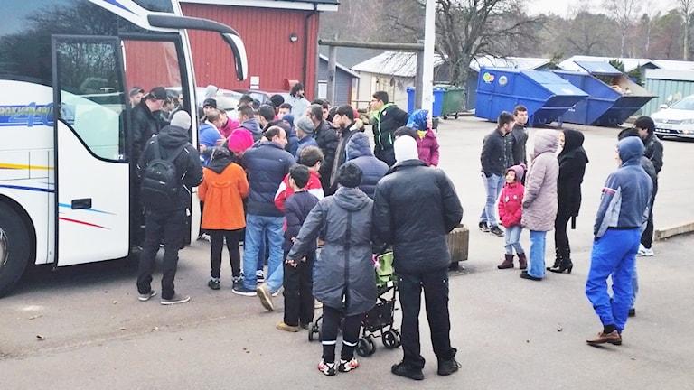 Människor vid buss.