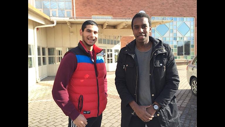 Affe Razai och Amro Ibrahim, 20 år gamla står framför Jenny Nyströmskolan.