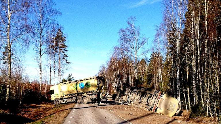 Lastbil i diket mellan Påryd och Vissefjärda.