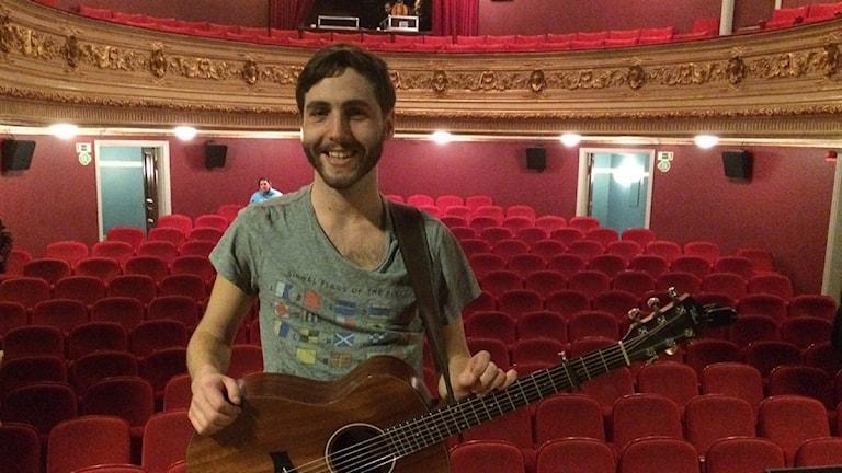 Lucas Galvan vann länsfinalen av musik direkt. Här med sin gitarr på Kalmar teater där tävlingen avgjordes.