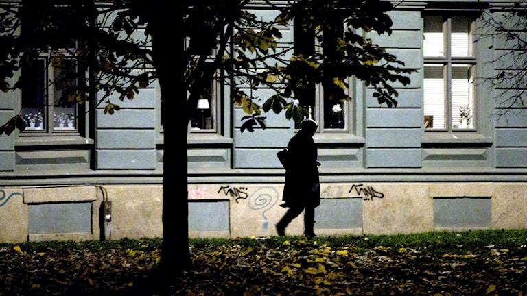 Ensam kvinna på gata kvällstid