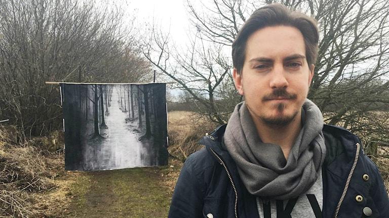 Ludvig Samuelsson framför porten till en hinderbana.