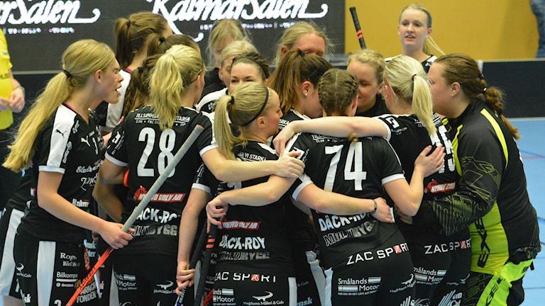 Spelare i FBC Kalmarsund firar.