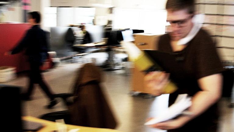Personer i kontorsmiljö.