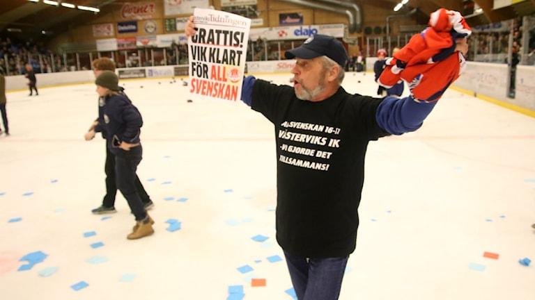 Supporterna ville förstås ut på isen och fira