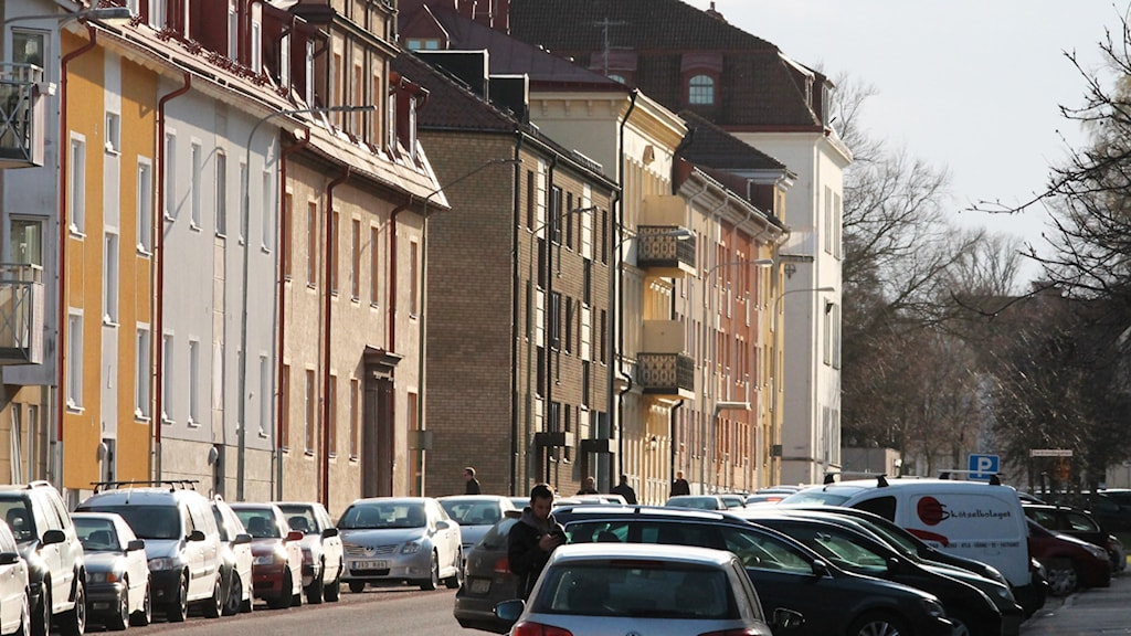 Lägenhetshus längs en gata.