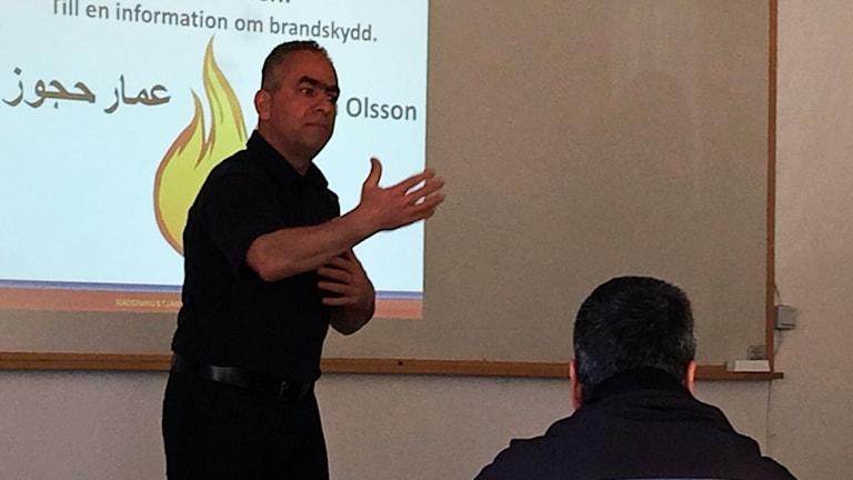 Amar Hajjouz lär ut brandskydd på arabiska.