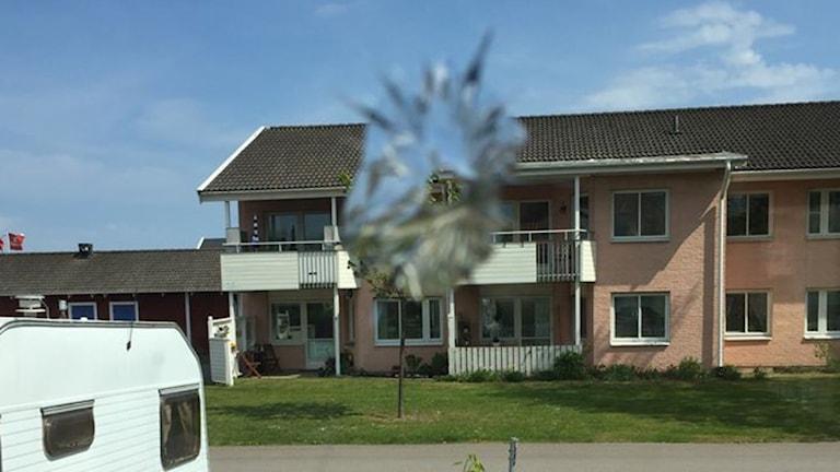 Hål i fönsterruta.
