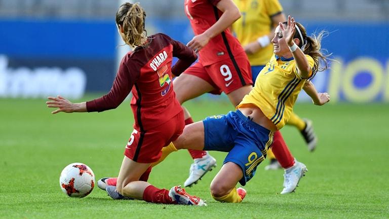Kosovare Asllani i en närkamp i match mot USA.