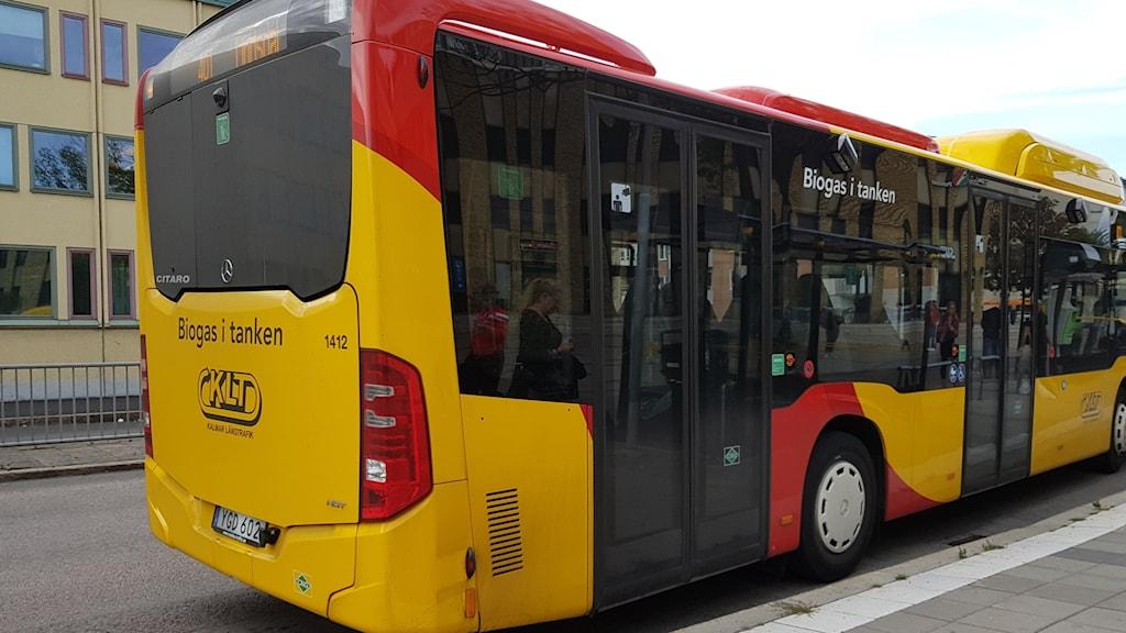 Gul och röd buss.