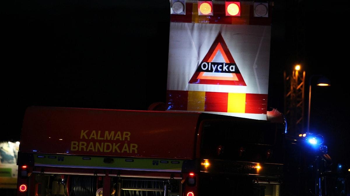 Brandbil med varningsskylt för olycka.