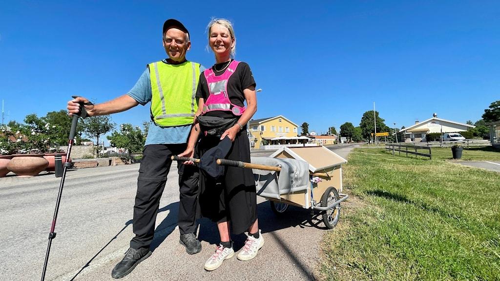 Två personer med en vagn i Löttorp på Öland.