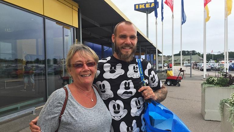 Silva Larsson och Pierre Österlund utanför Ikea.
