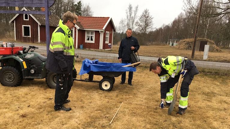 Personal från provtagningsföretaget DGE tar jordprover i Björkshult