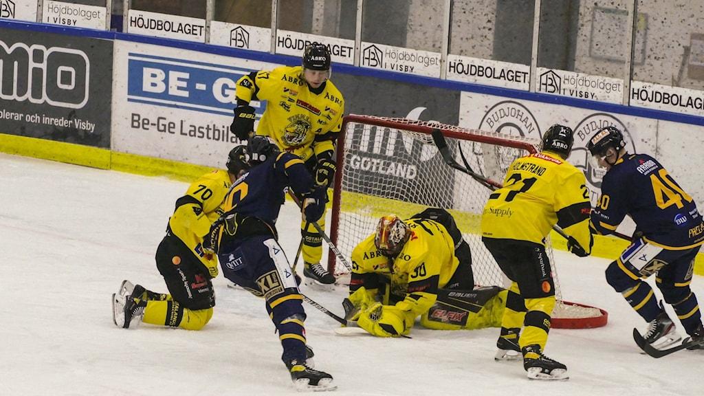 Målvakten Thomas Rydén i Vimmerby Hockey tar hand om pucken.